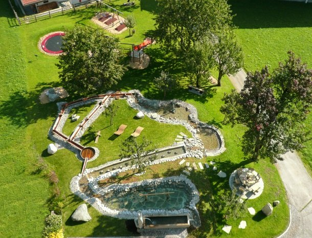 asterhof-fugen-tirol-bovenaanzicht-tuin.jpg
