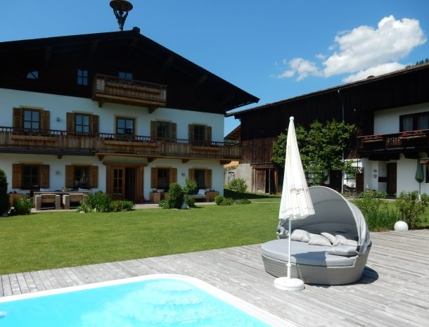 tierwarthof-fieberbrunn-ligstoel-zwembad.jpg