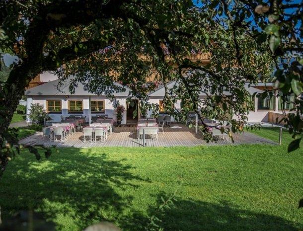 hotel-grosslehen-fieberbrunn-terras-meubels.jpg