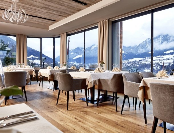 hotel-bergkranz-mieders-tirol-restaurant met uitzicht.jpg