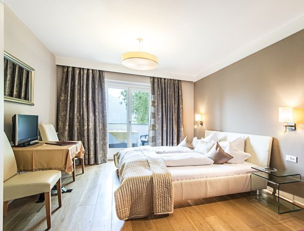 hotel-pension-verdorfer-merano-slaapkamer-bed-balkon.jpg