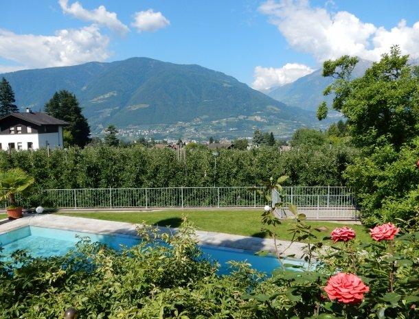 hotel-pension-verdorfer-merano-zwembad-uitzicht.jpg