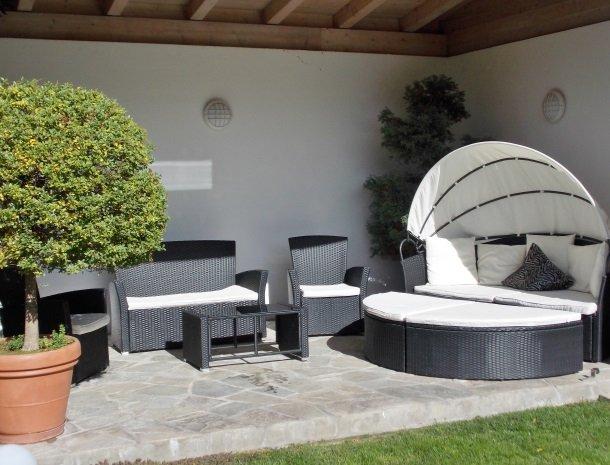 hotel-pension-verdorfer-merano-tuin-lounge.jpg