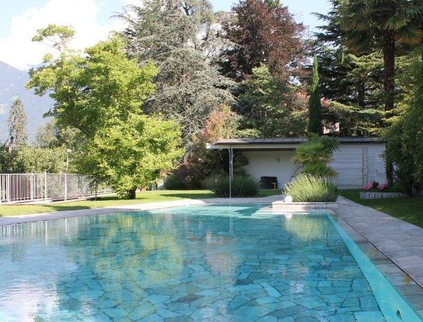 hotel-pension-verdorfer-merano-tuin-zwembad.jpg