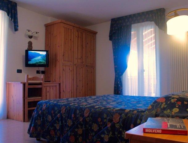 garni-lago-alpino-molveno-slaapkamer-tv.jpg