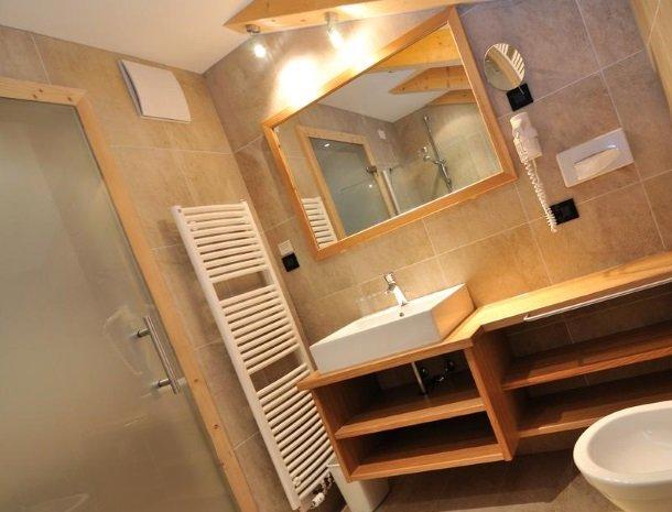 hotel-arnaria-ortisei-trentino-badkamer.jpg