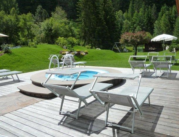 hotel-arnaria-ortisei-trentino-whirlpool-tuin.jpg