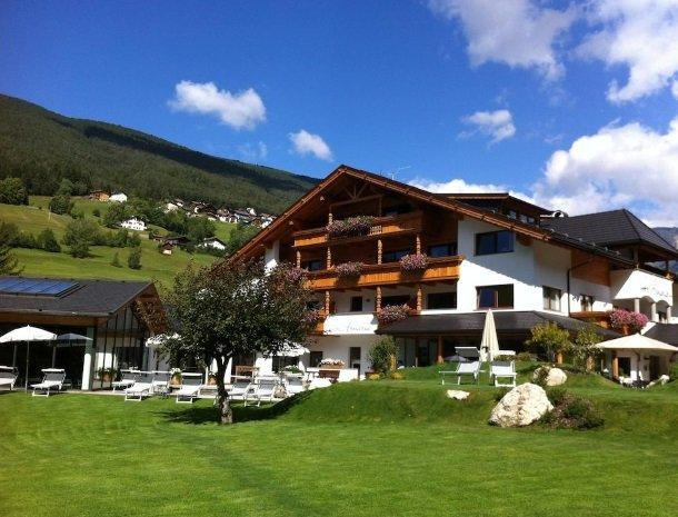 hotel-arnaria-ortisei-trentino-zomer.jpg