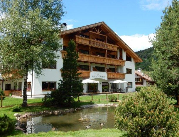 hotel-arnaria-ortisei-trentino-zomer-voorkant.jpg