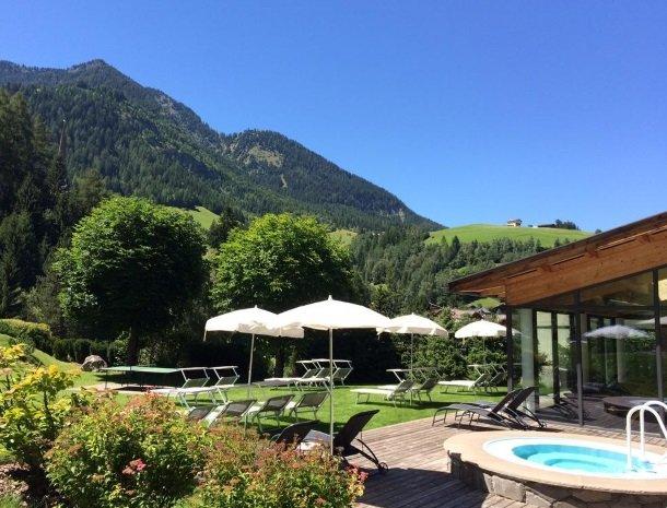hotel-arnaria-ortisei-trentino-tuin-uitzicht.jpg