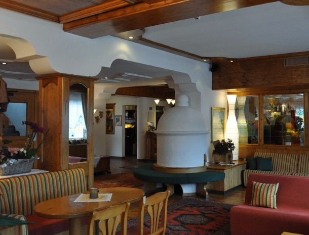hotel-flora-alpina-dolomieten-lounge-bar.jpg