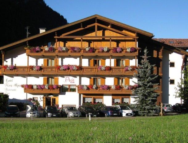 hotel-flora-alpina-dolomieten-zomer-overzicht.jpg