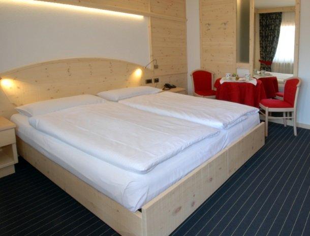 hotel-flora-alpina-dolomieten-slaapkamer-zitje.jpg