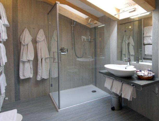 hotel-flora-alpina-dolomieten-badkamer-douche.jpg