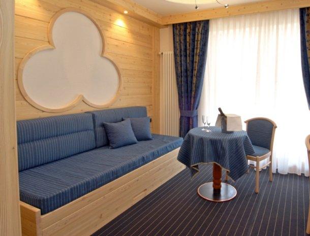 hotel-flora-alpina-dolomieten-slaapkamer-bank.jpg