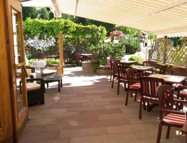hotel-flora-alpina-dolomieten-terras-zomer.jpg