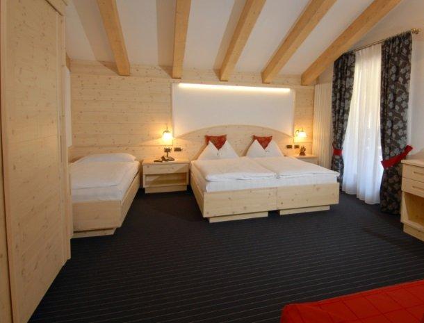 hotel-flora-alpina-dolomieten-slaapkamer-3-personen.jpg