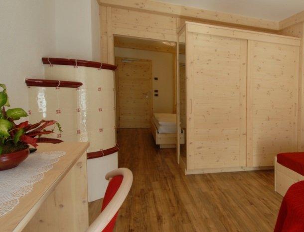 hotel-flora-alpina-dolomieten-slaapkamer-hout-rood.jpg