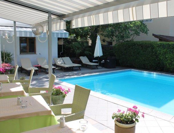 hotel-gruberhof-merano-terras-bloemen-zwembad.jpg