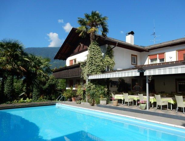 hotel-gruberhof-merano-zwembad-tuin-overzicht.jpg