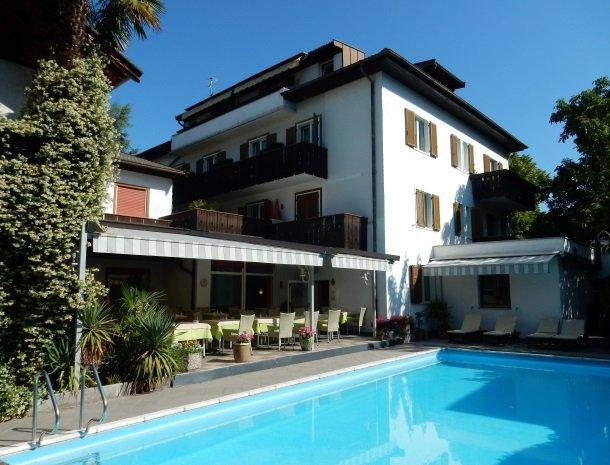hotel-gruberhof-merano-zwembad-terras.jpg