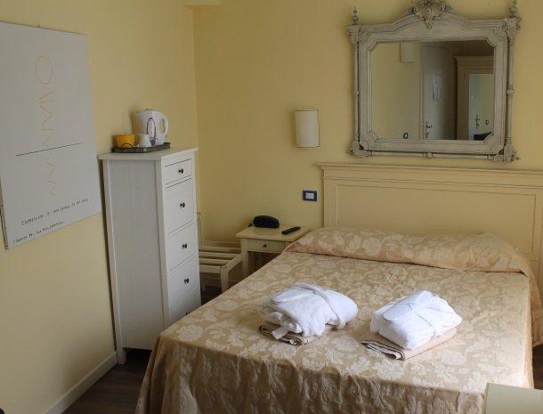 hotel-villa-romantica-limone-sul-garda-kamer-bed.jpg