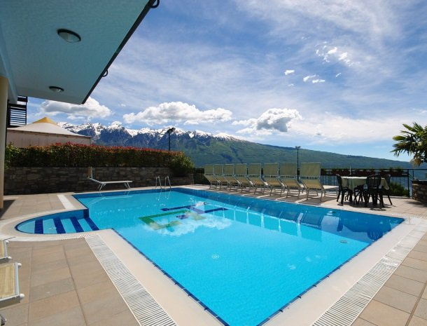 hotel-gallo-tignale-gardameer-zwembad-bergen.jpg