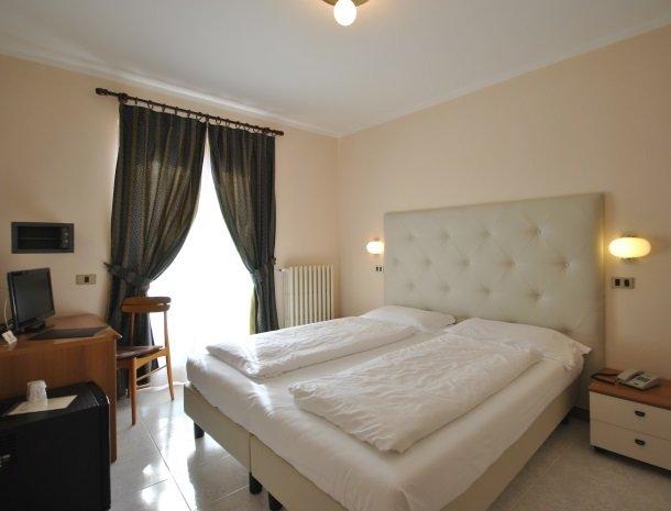 hotel-gallo-tignale-gardameer-italie-slaapkamer-bed.jpg