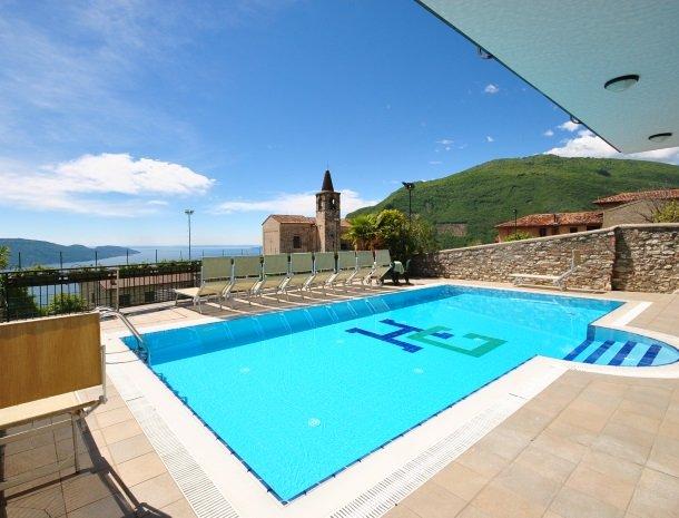 hotel-gallo-tignale-gardameer-zwembad-uitzicht.jpg