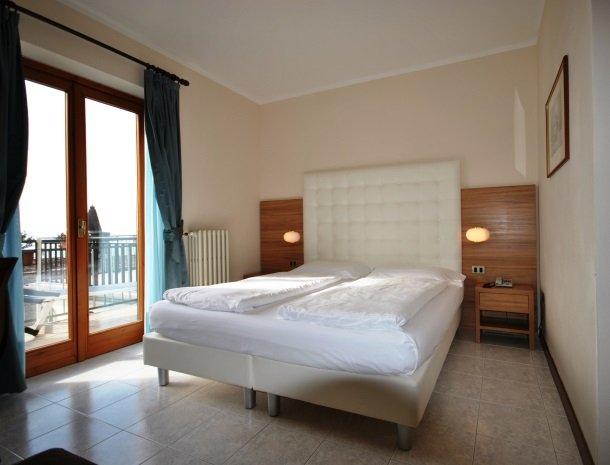 hotel-gallo-tignale-gardameer-italie-kamer-bed.jpg