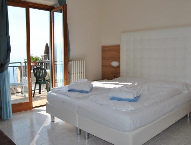 hotel-gallo-tignale-gardameer-italie-slaapkamer-deur.jpg