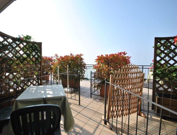 hotel-gallo-tignale-gardameer-italie-terras-bij-kamer.jpg
