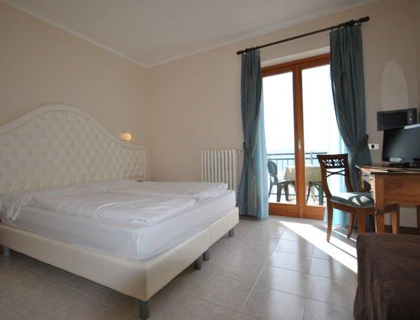 hotel-gallo-tignale-gardameer-italie-kamer-terras.jpg