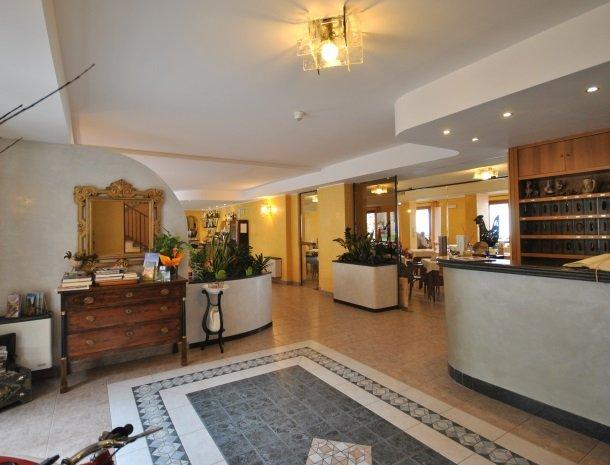 hotel-gallo-tignale-gardameer-italie-entree.jpg