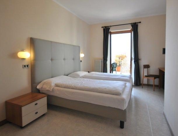 hotel-gallo-tignale-gardameer-italie-slaapkamer-terras.jpg