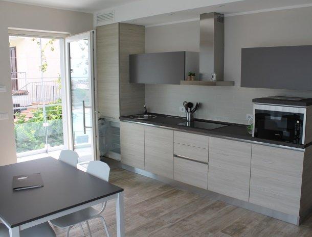relais-la-dolce-vita-gardameer-italie-appartement-keuken-modern.jpg