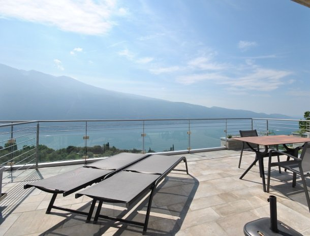 relais-la-dolce-vita-gardameer-italie-appartement-terras-uitzicht.jpg