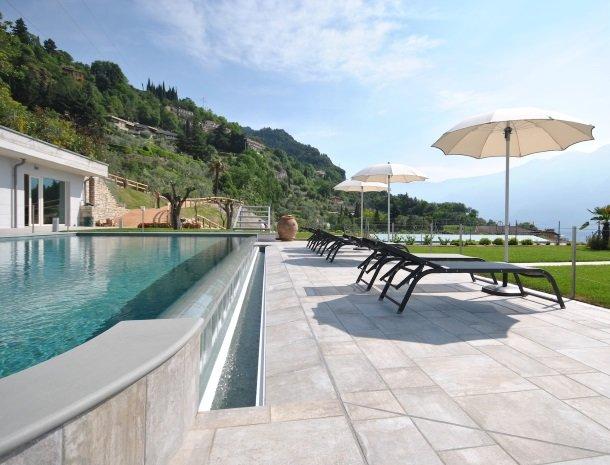 relais-la-dolce-vita-gardameer-italie-zwembad-ligstoelen.jpg