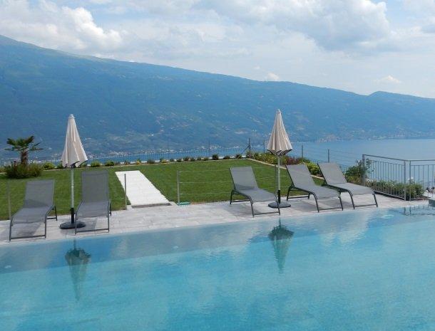 relais-la-dolce-vita-gardameer-italie-zwembad-meerzicht.jpg