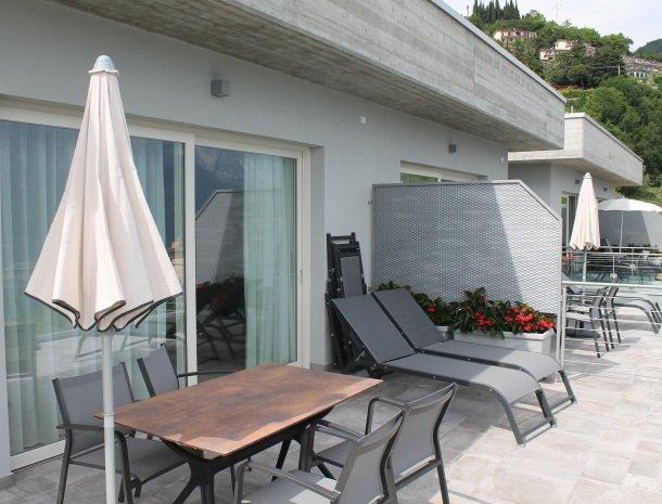 relais-la-dolce-vita-gardameer-italie-appartement-terras-stoelen.jpg