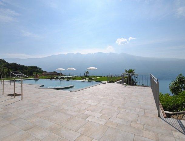 relais-la-dolce-vita-gardameer-italie-overzicht-zwembad.jpg