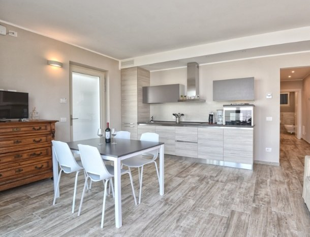 relais-la-dolce-vita-gardameer-italie-appartement-keuken.jpg