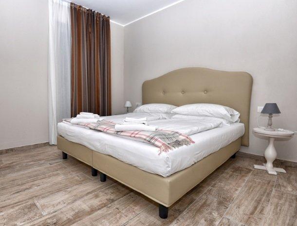 relais-la-dolce-vita-gardameer-italie-bed-slaapkamer.jpg