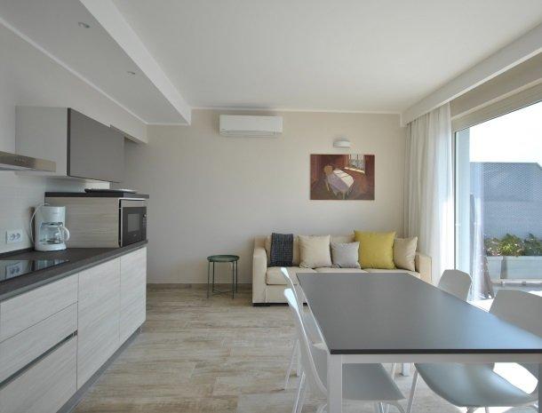 relais-la-dolce-vita-gardameer-italie-appartement-eettafel.jpg