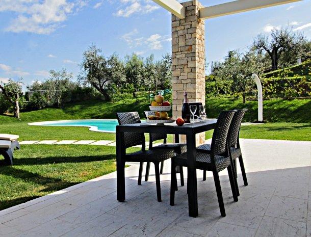 residence-little-paradise-gardameer-appartementen-eettafel-buiten.jpg