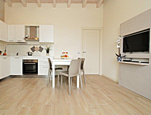 residence-little-paradise-gardameer-appartementen-keuken-tv.jpg
