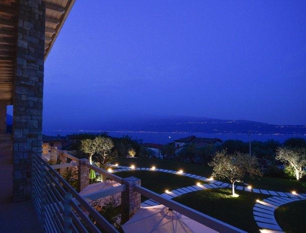 residence-little-paradise-gardameer-avond-uitzicht.jpg