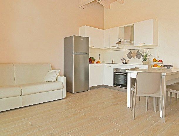 residence-little-paradise-gardameer-appartementen-keuken-bank.jpg
