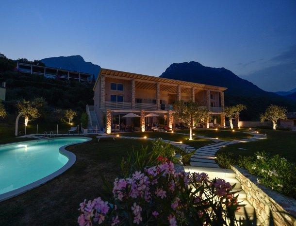 residence-little-paradise-gardameer-avond-tuin.jpg