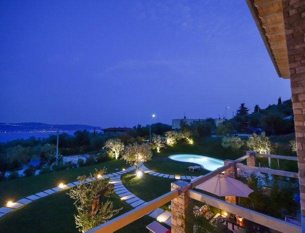residence-little-paradise-gardameer-avond-uitzicht-balkon.jpg